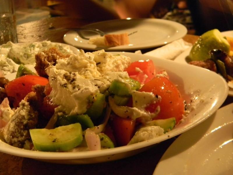 Salade crétoise avec myzithra (fromage inimitable) et paximádi, petit pain croûton introuvable ailleurs - restaurant Sun set à Falassarna
