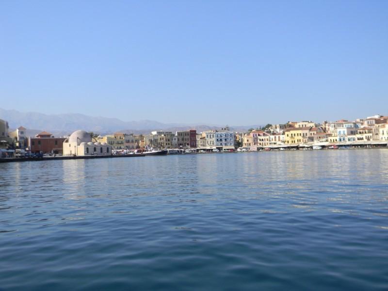 Le port vénitien de Chania, au loin
