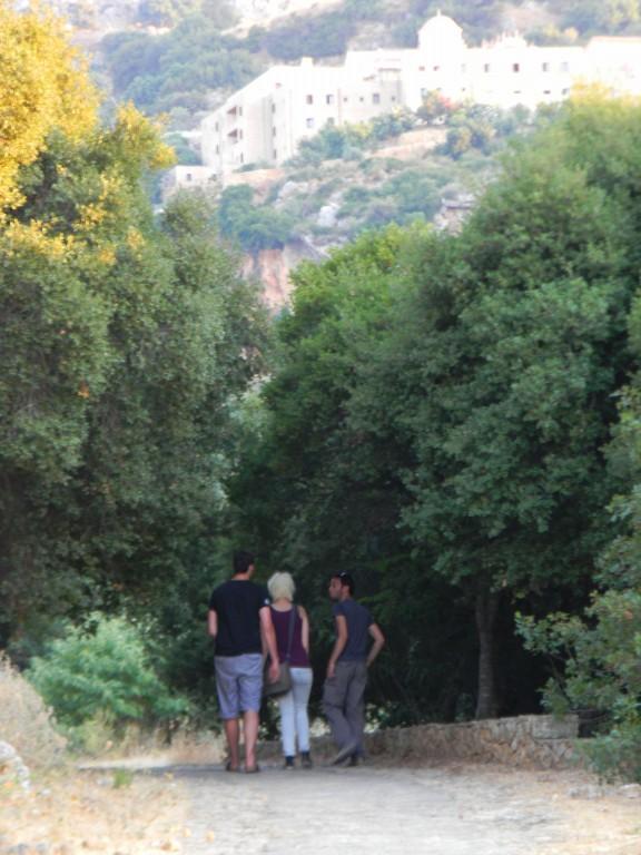 Le groupe et le monastère au loin - Chania