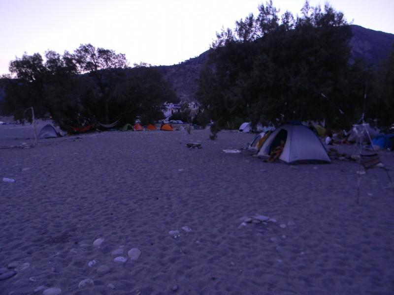 Plage parsemée de tentes à Sougia