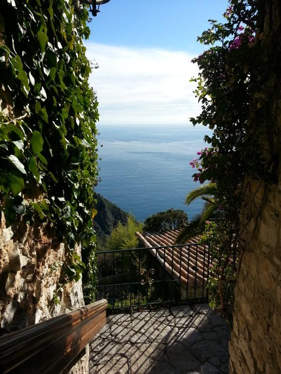 La Méditerrannée, au loin